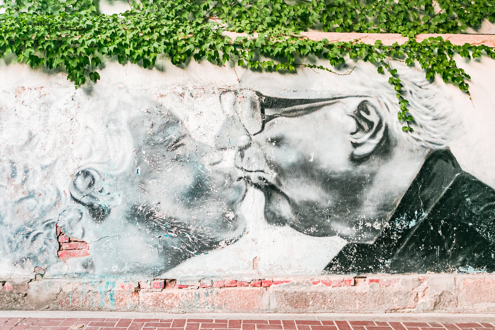 038-KBP-Seoul-South-Korea-Street-Art-color-kissing