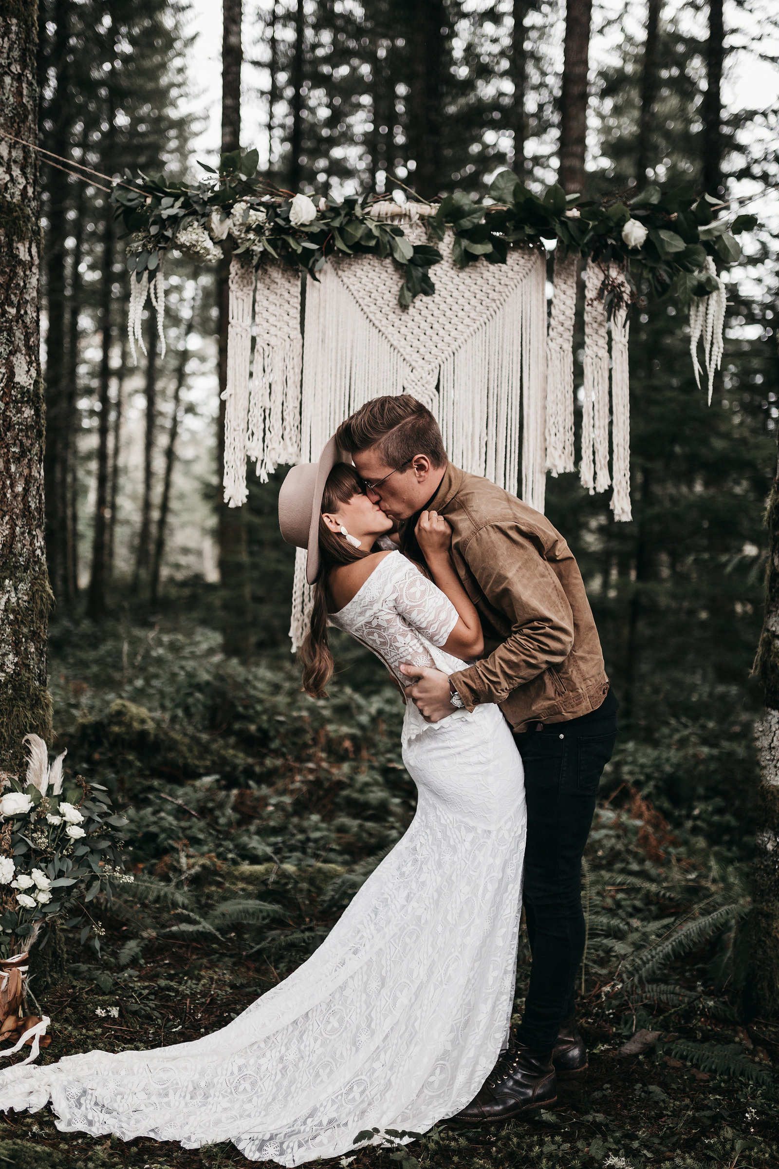 white-magazine-athena-camron-seattle-oregon-wedding-photography-woodlands-house-boho-elopement-inspiration-43
