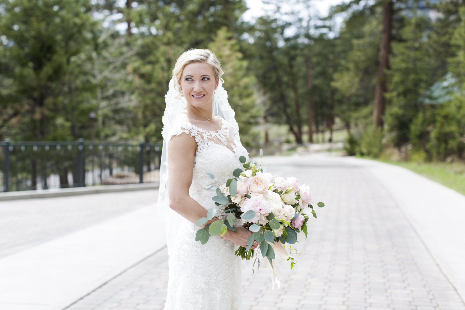 Jessi-Zach-Photography-Colorado-Mountain-Wedding-Photographer-Della-Terra-Mountain-Chateau_12