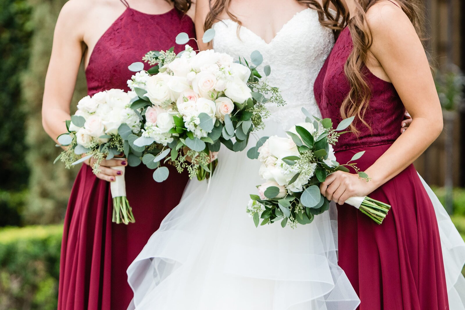 bridal-bouquet-with red-bridesmaid-dresses