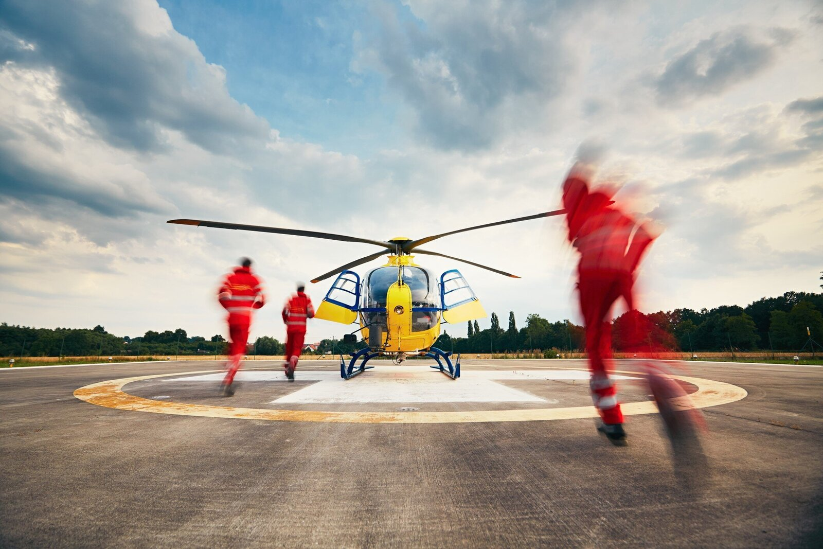 alarm-for-the-air-rescue-service-team-of-rescuers-paramedic-doctor-and-pilot-running-to-the-on-the_t20_QQ8zGE