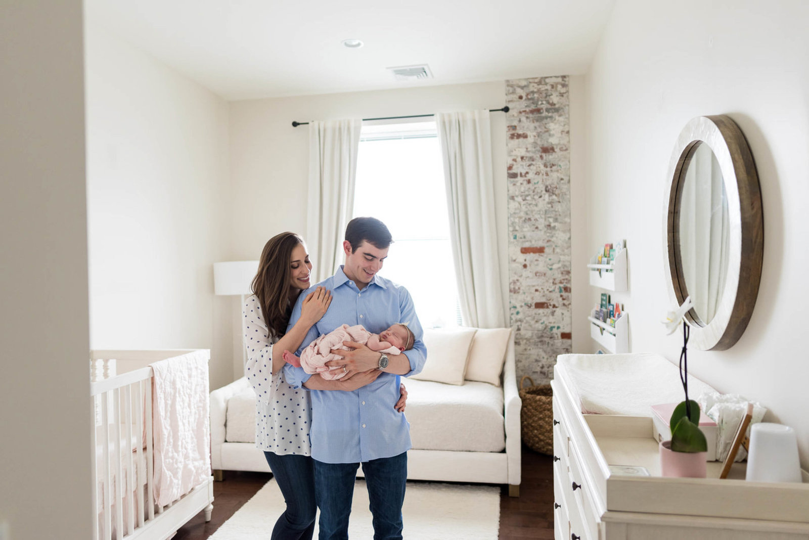 parents hugging newborn at home lifestyle session
