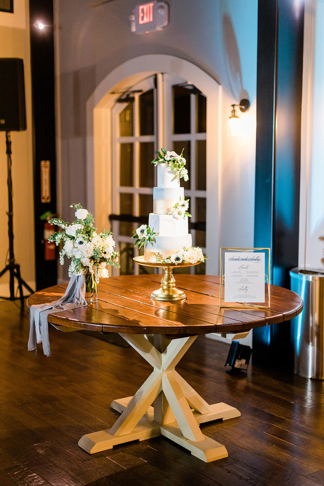 cake-table-ideas-gold-blue