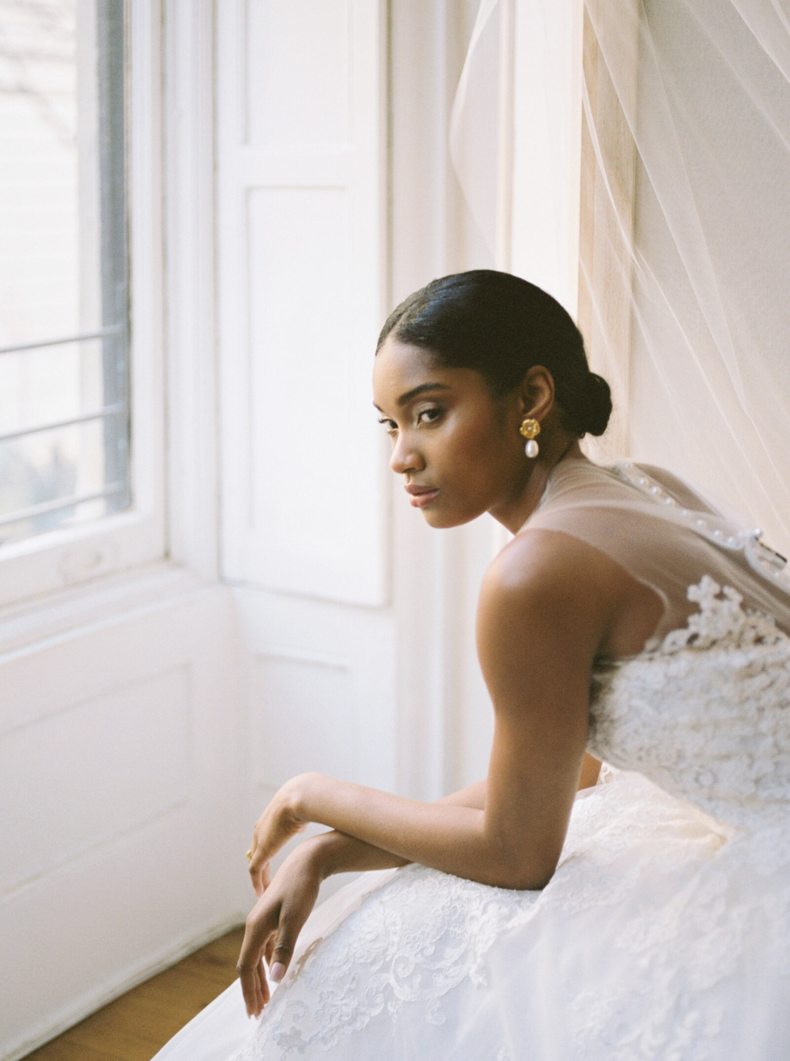 Fine art bridal editorial with Reem Acra gown in New York City by Liz Andolina Photography-27