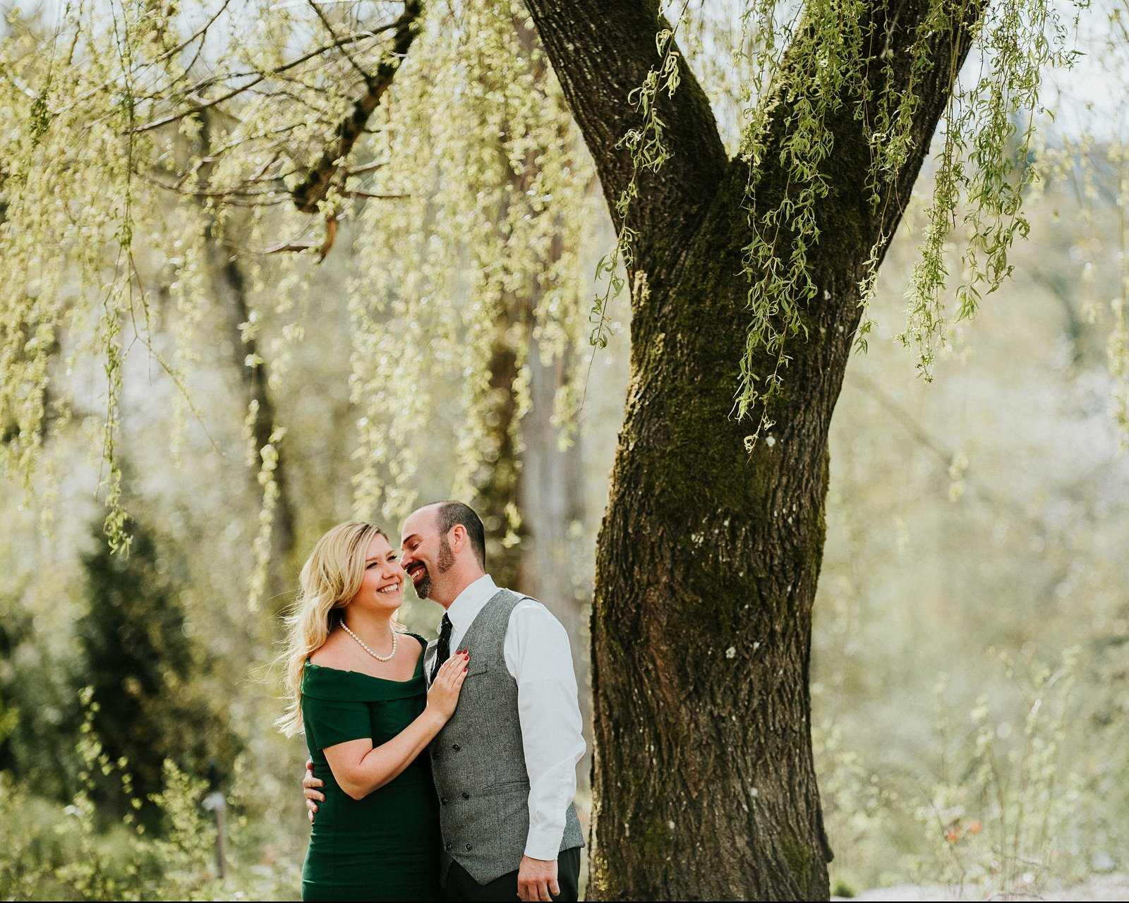 Couple kissing under a willow tree by Cle Elum Engagement Photographer