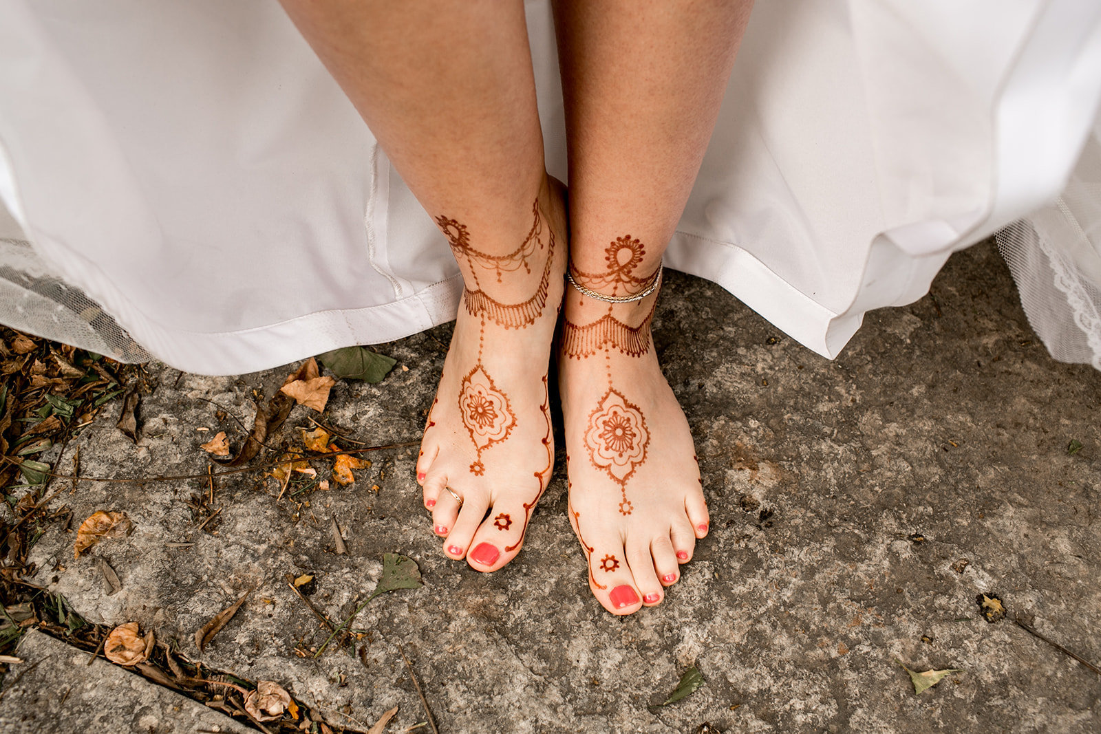 Des Moines Iowa bride with henna on her feet.