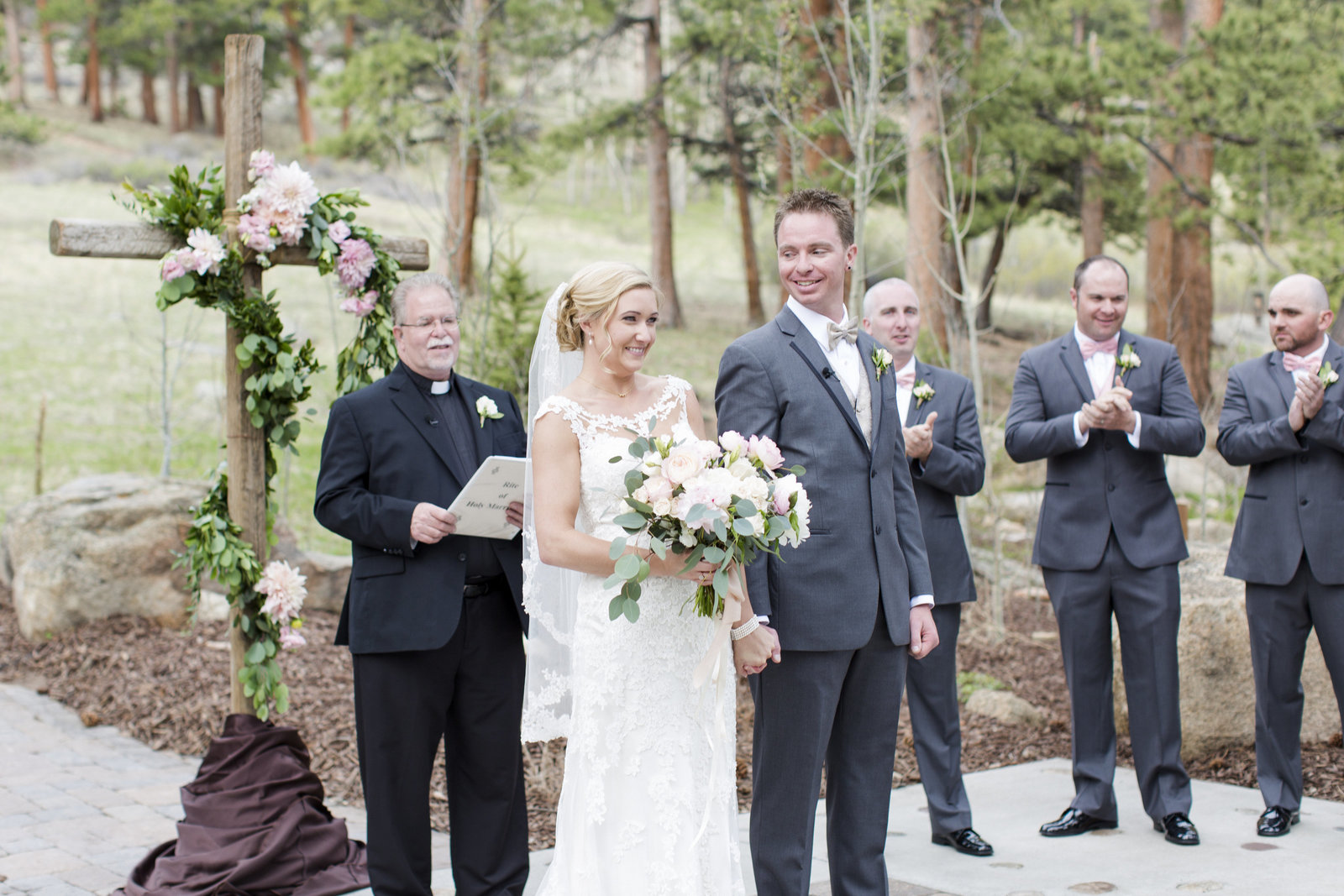 Jessi-Zach-Photography-Colorado-Mountain-Wedding-Photographer-Della-Terra-Mountain-Chateau_30