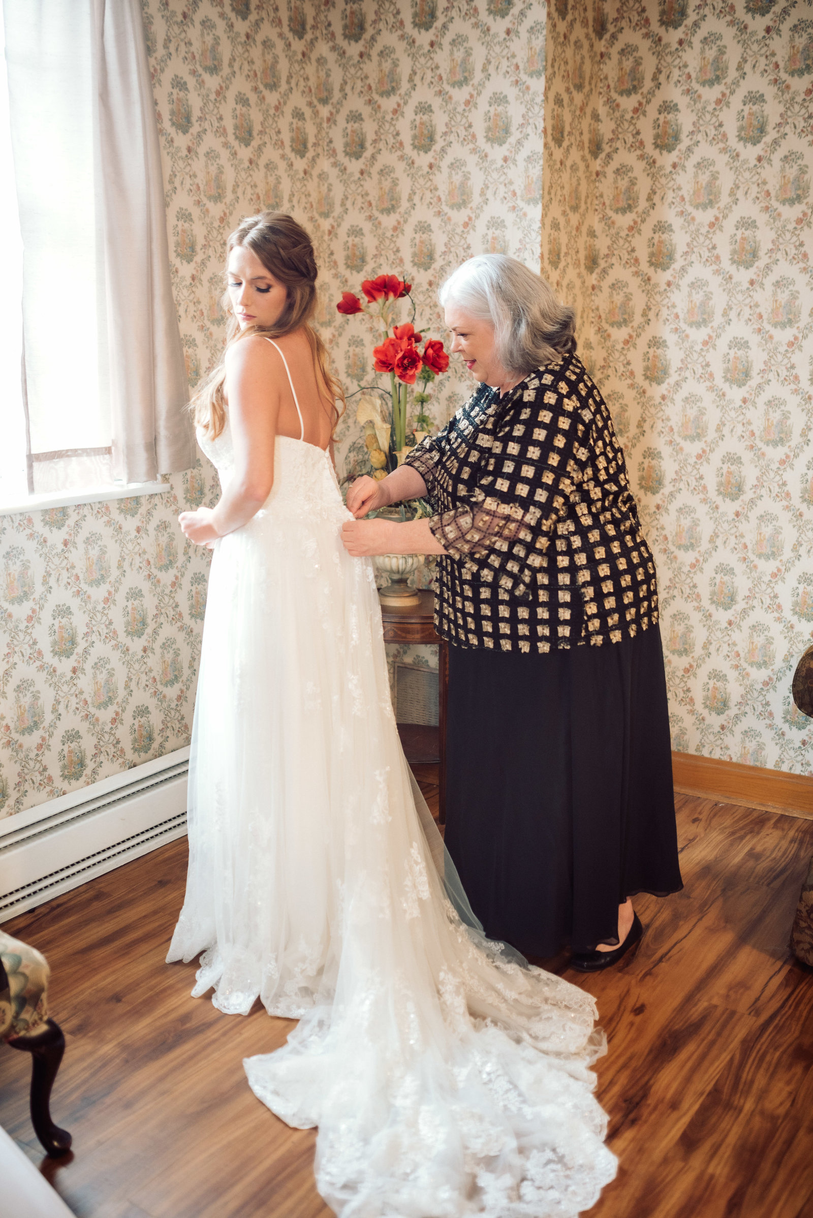 Mother of the bride helps her Arkansas bride get ready / Sterling Imageworks