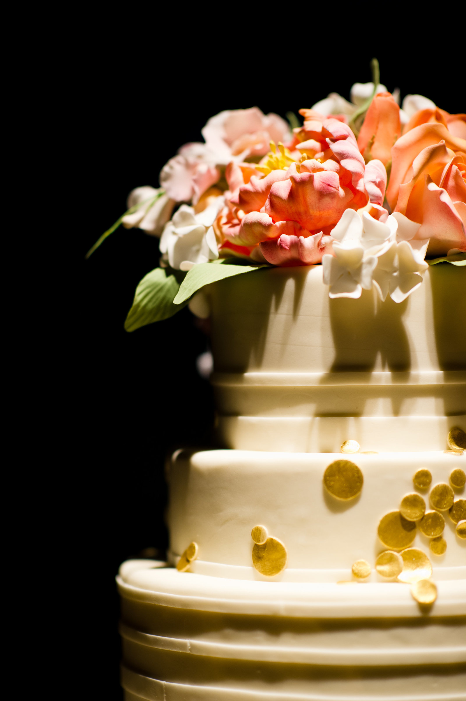 Cake design with sugar flowers by The Cake Studio of Ocean Studio