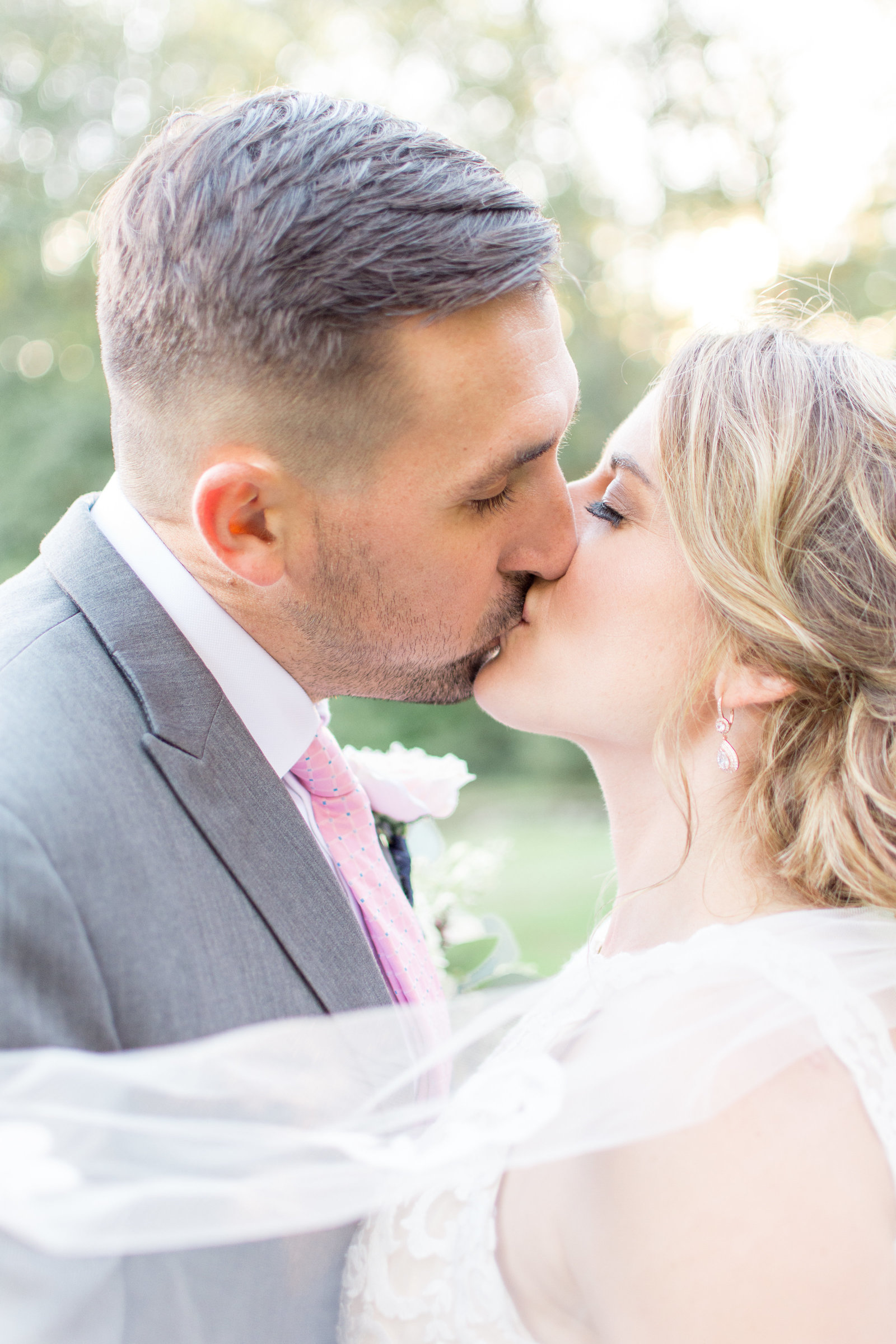 Romantic Veil Kiss