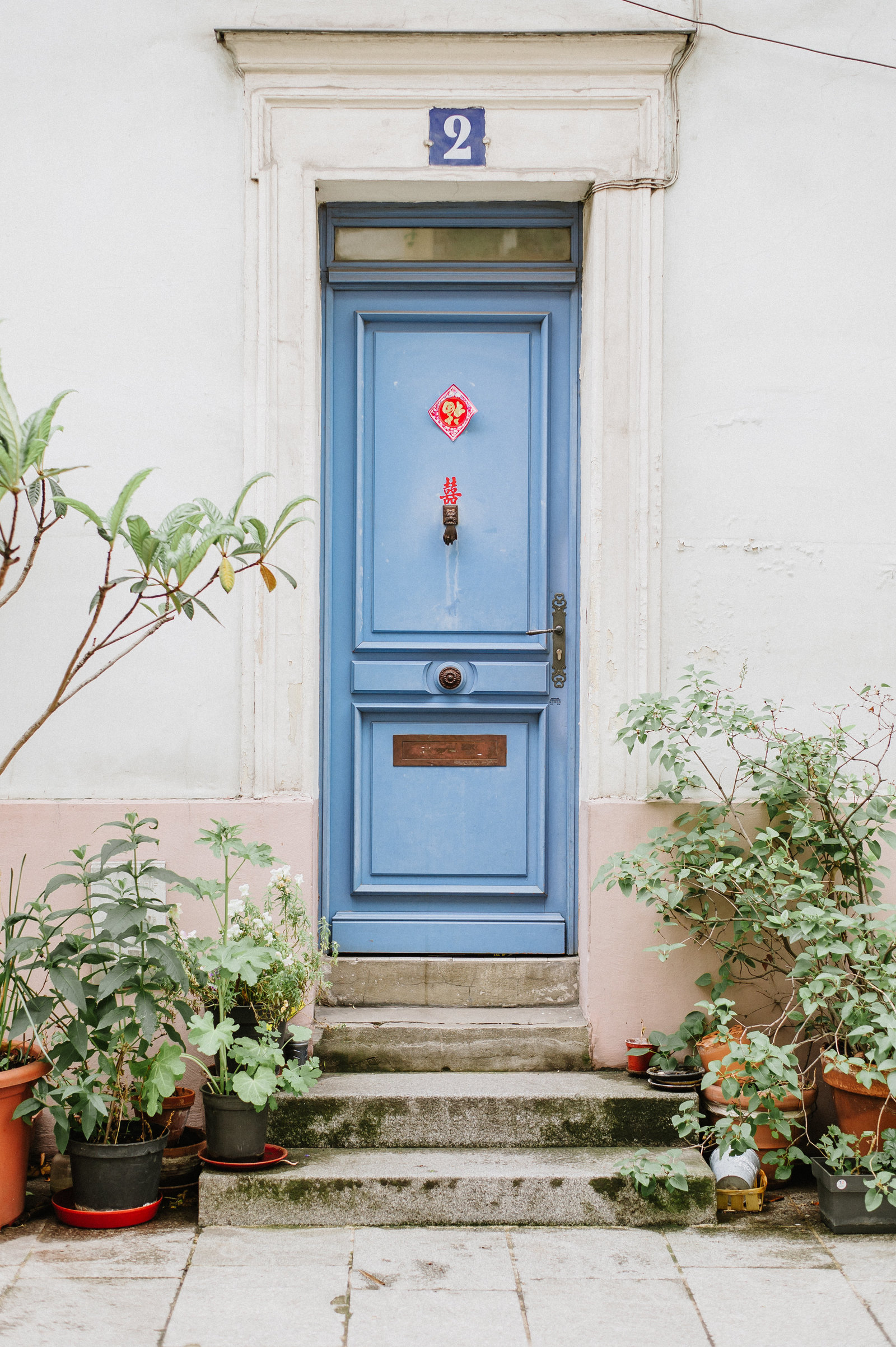 blue-door-paris-rue-cremieux-photo