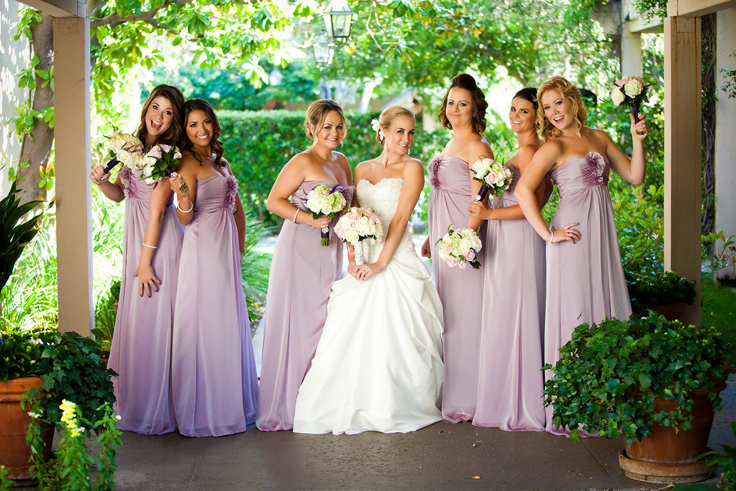 Bridesmaids posing ideas for a more natural look