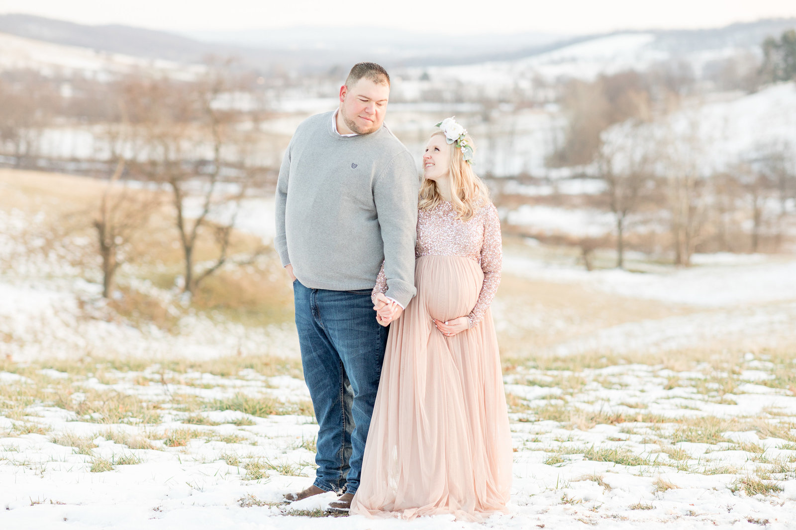 jess-dereck-snowy-winter-maternity-photo-session-004