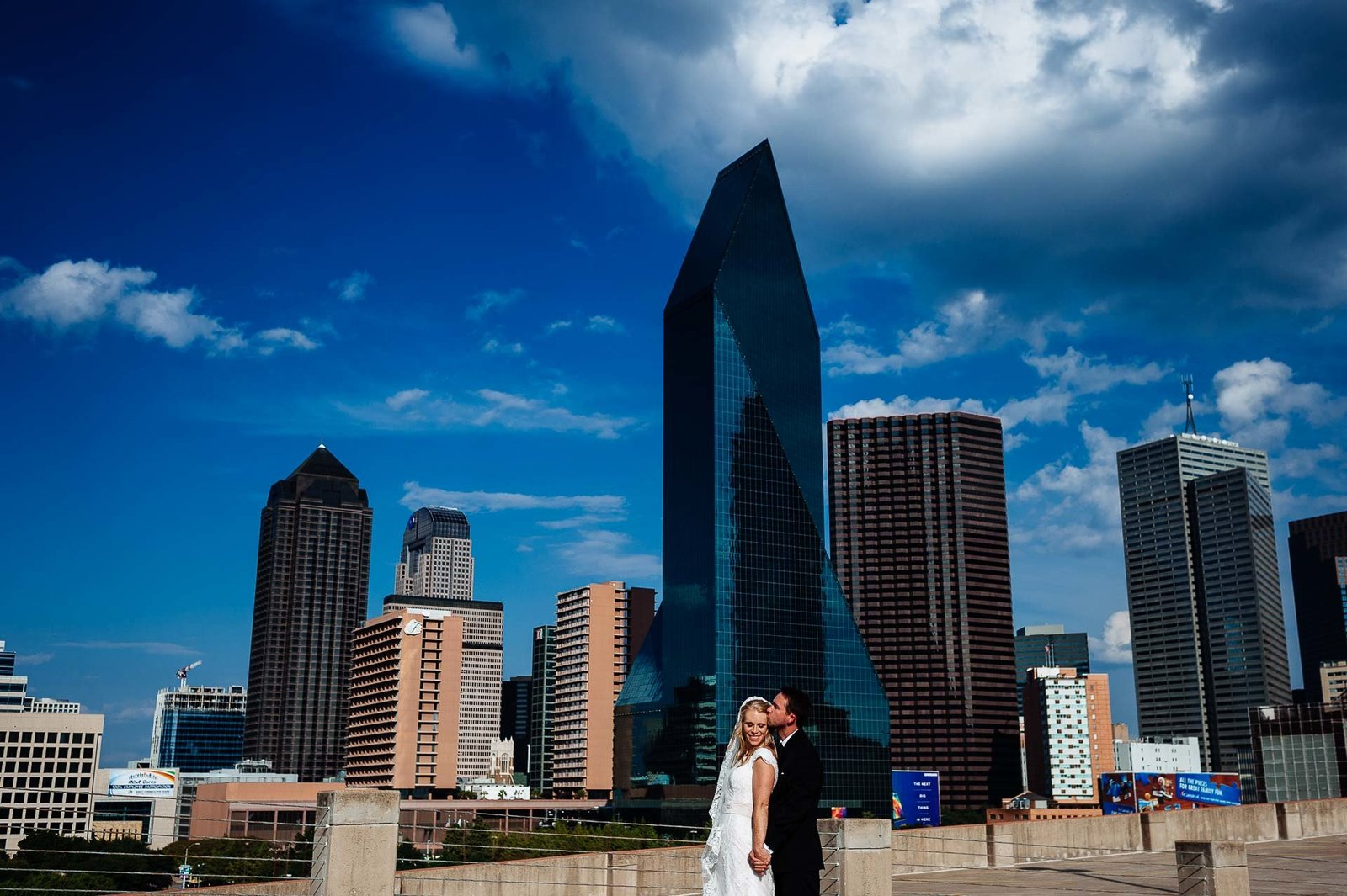 bride and groom in front of dallas skyline by dallas wedding photographer stephane lemaire