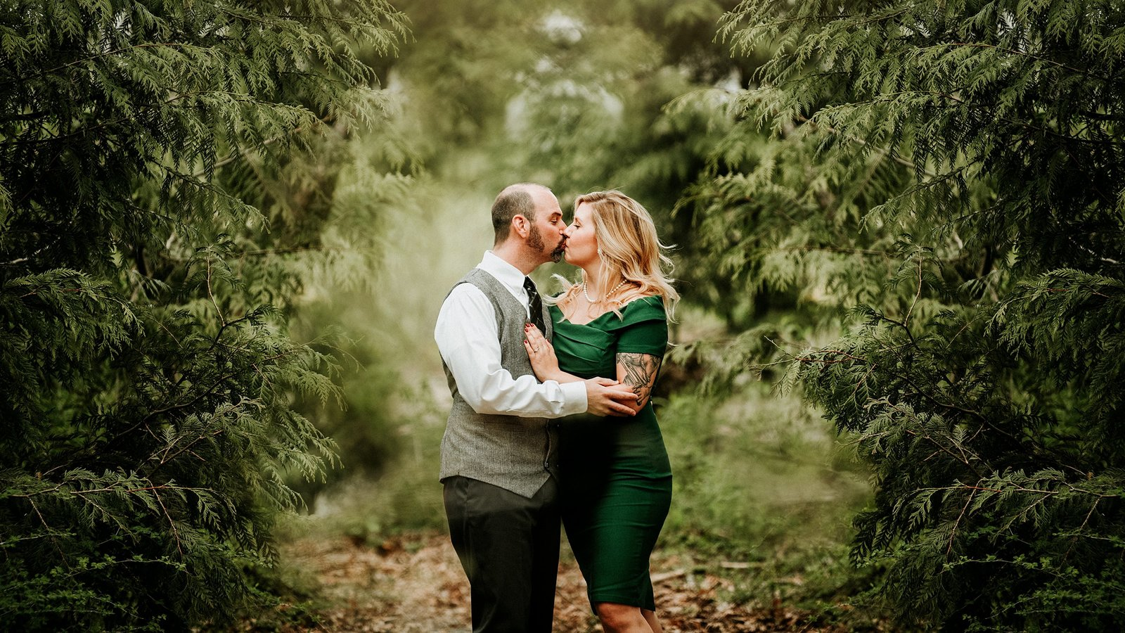 Couple kissing in a wooded forest by Cle Elum Engagement Photographer
