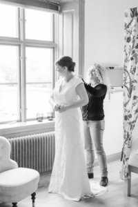 Wedding photographer stockholm helloalora bride getting ready Schenströmska herrgården