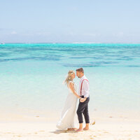 The bride and the groom with the vibrant colors of the lagoon in Tahiti