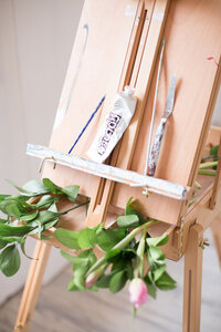 The easel of live wedding painter Brittany Branson