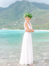 The bride smiling with her flowers in Moorea, portrait
