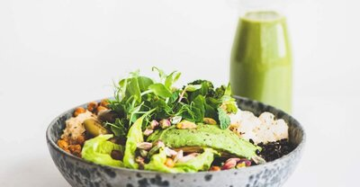 LV-Nutritionist-Buddha-bowl-a-la-mediterranea-recipe-salad-chickpeas-avocado--2692x1402-