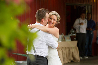 rustic-wedding-photography-first-dance