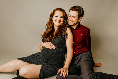 mum-and-dad-to-be-sitting-at-photoshoot