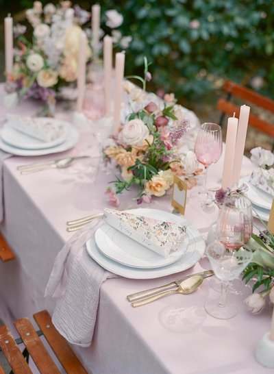 Lilac tablecloth with ceramic plates and fan menus