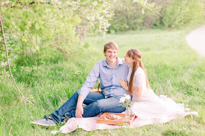 andrew-jillian-picnic-session-2019-kaylalynnphotography_(25)