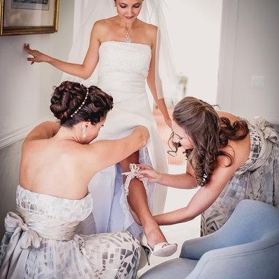 Wedding  garter moment  saro callister photography