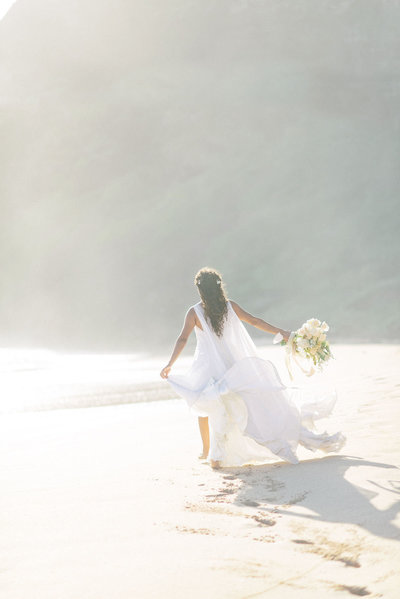 Hawaii=beach-wedding-oahu-elopement-hemingway-bridal-bouquet