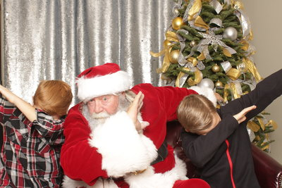 santa with two kids dabbing