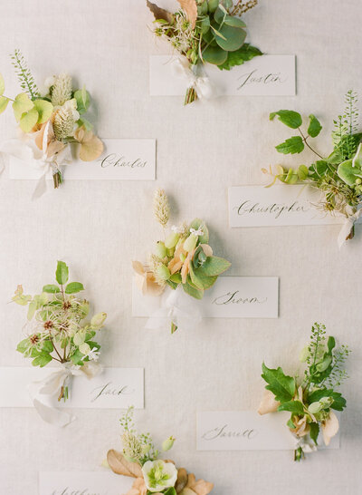 bouquet-with-place-cards-destination-wedding-photo-french