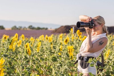 Weddingphotographer taking  a shot in the sunflower fields of Provence with her Canon mark iv