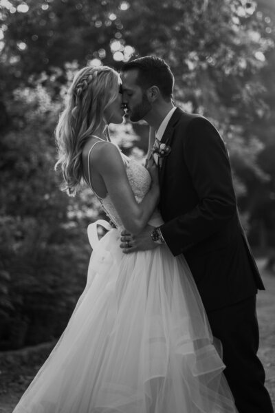 black-and-white-image-wedding-couple-kissing