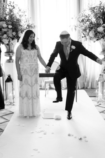 sarah hannam jewish claridges london wedding photographer smashing the glass