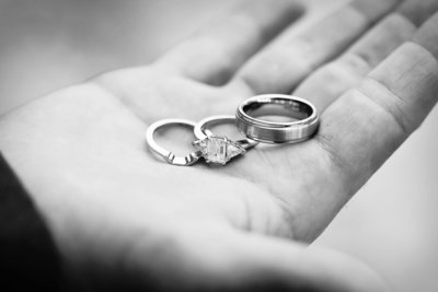 wedding_rings_hand