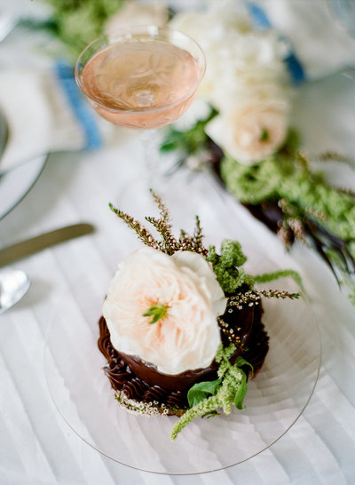 modern-wedding-inspiration-greenery-milwaukee-florist-cupcake
