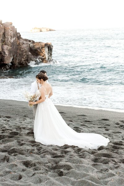 black-sand-beach-hawaii-alexandra-robyn-destination-elegant-elopement-photo-inspiration_0007