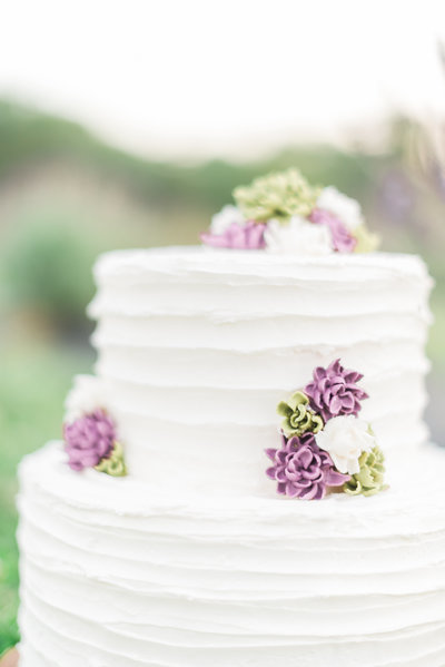 Simple and Romantic Wedding Cake for Outdoor Wedding