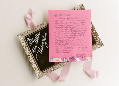 A hand written love note from a groom is displayed on a decorative tray.