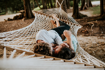 couple kissing in hammock