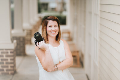 Lindsey Powell is a Marietta-based photographer for newborns, children, seniors and families.