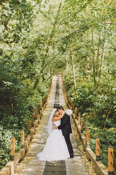 A golf course wedding at Echo Falls in Snohomish by Luma Weddings
