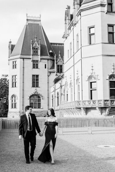 couple takes engagement photos at Biltmore Estate