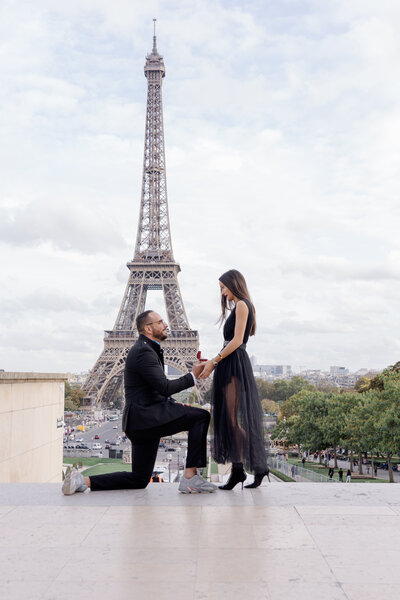 proposal in paris in front of the eiffel tower