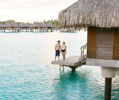 Honeymoon-Overwater-Bungalow-Bora-Bora-Couple-Photo-Shoot-1b