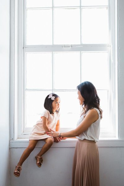 mom-daughter-window-natural-light-sky9studio-5F0A0526_1
