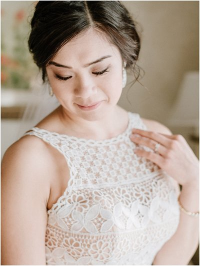 bride-in-lace-dress-photo