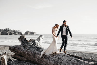 athena-and-camron-seattle-wedding-engagement-photographer-la-push-elopement-anniversary-coast-12-epic-landscape-walk