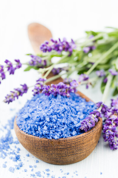 essential-lavender-salt-with-flowers-top-view-F8CW9RD